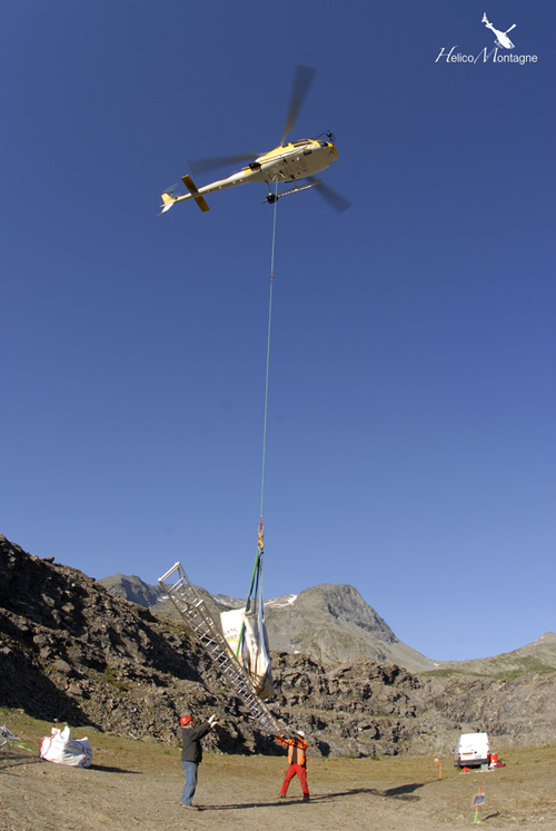 Transport du matériel par hélicoptère sur le chantier