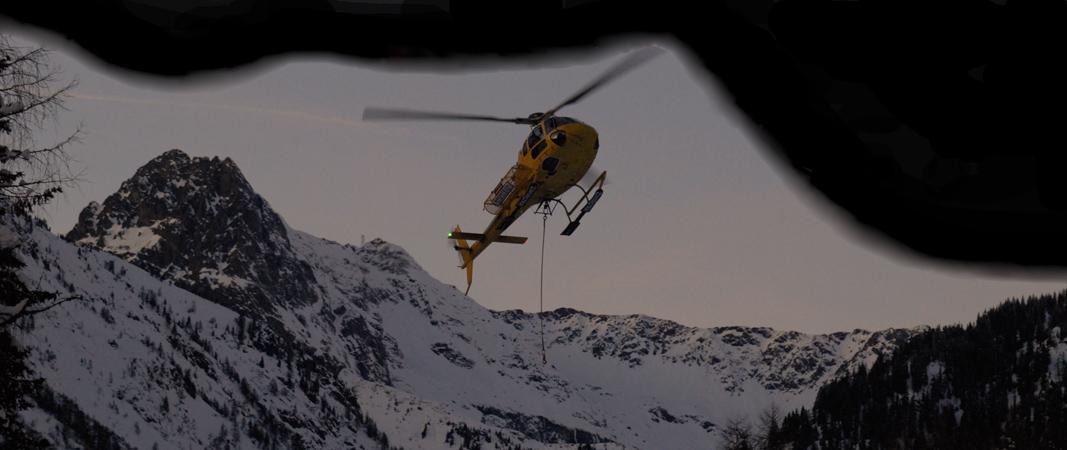Héliportage de béton en montagne avec l'hélicoptère de transport