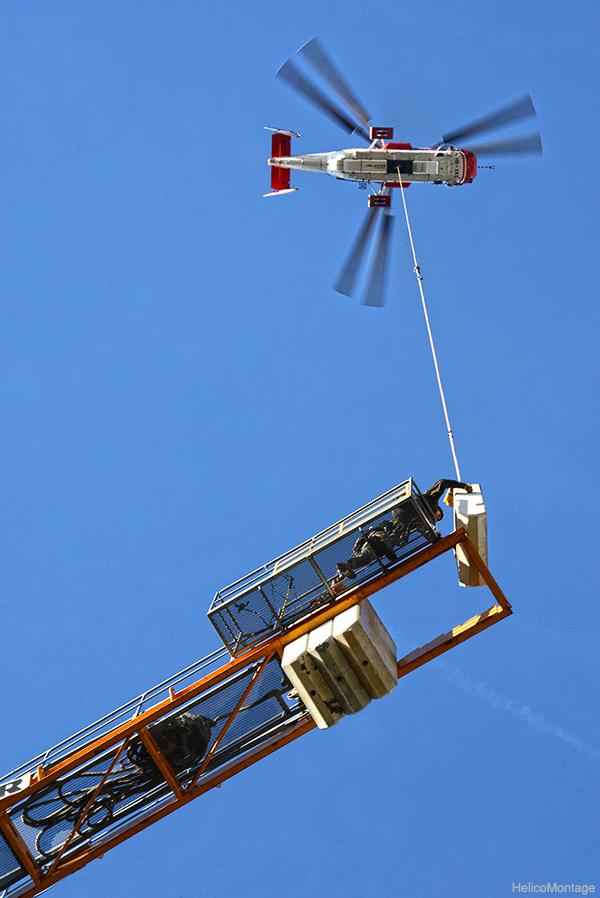 Montage d'une grue en ville milieu urbain par hélicoptère KAMOV KA32 . Montage de grue par hélicoptère lourds