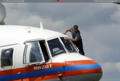 un mécanicien Russe lave les vitre du MI26