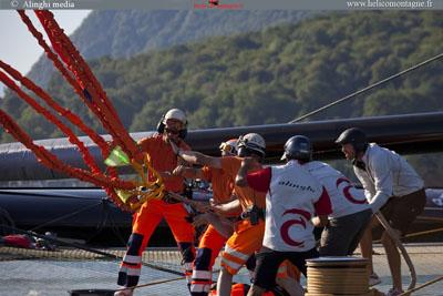 Les opérateurs mettent en place les élingues sur le bateau