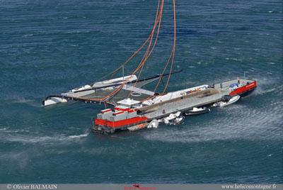 Vue aérienne du catamaran encore accroché à la péniche