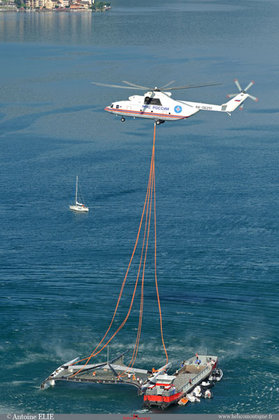 Vue aérienne du catamaran et le MIL MI 26T qui produit un souffle énorme